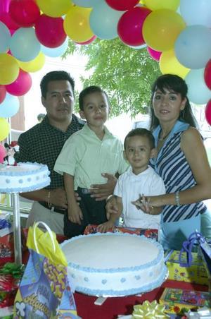 Pablo Alberto y Carlos Luna Romero en compañía de sus papás Alberto Luna Orozco y América Romero de Luna, organizadores de su fiesta de cumpleaños.