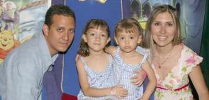 Paulina y Marufer Pérez Pereyra cumplieron dos y cinco años de vida, respectivamente y lo festejaron con una divertida piñata organizada por sus papás César Pérez Arriola y Mónica de Pérez.