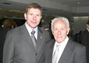 Carlos González Castañón, cónsul de España en Torreón, acompañado de su papá don Teodomiro González.