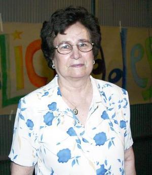 rosario Llamas de Silva festejó su cumpleaños, con un agradable convivio que se le ofrecio en días pasados.