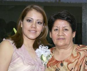 Nohemí Vicente Pérez en compañía de Socorro Pérez, en la despedida de soltera que le ofrecieron por su próximo matrimonio.