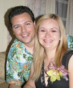 Marco Antonio Arroyo Torres y Carmen Cázares Méndez, fueron despedidos de su vida de solteros con una amena reunión.