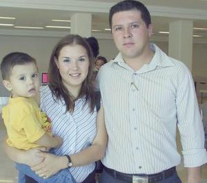 Mónica Galván, viajó con destino a México, la despidieron Javier González y Aleck González.