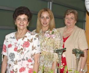 <u><b> 16 de Junio </u> </b><p>  Melina Flores de Izquierdo con las anfitrionas de su fiesta de canastilla, Margarita Chibli de Flores y Dora García de Izquierdo.