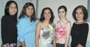 Perla Valeria Ayala Alanís acompañada de sus amigas  en su despedida de soltera.