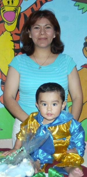 Gael Fernanado Mireles Rodríguez acompañado de su mamá, Susana Rodríguez Díaz, en su fiesta de cumpleaños.