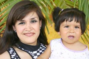 <u><b> 16 de Junio </u> </b><p> Maribel Huerta de Rodríguez, acompañada de su hija Jimena Rodríguez Huerta.
