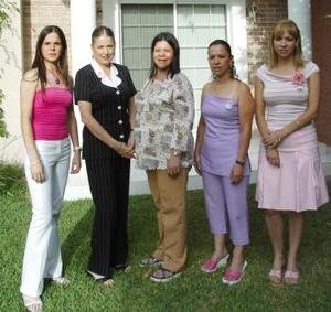 Diana Cortés de Uriarte en compañía de sus amigas, quienes la acompañaron en la fiesta de regalos que le ofrecieron en día pasados al bebé que espera.
