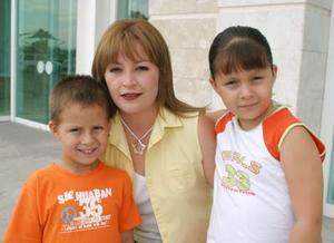 András y Mafer Ochoa Rendón acompañados por su mamá Rosa Elena Rendón de Ochoa.
