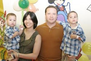 Andrés y Daniel acompañados de sus papás, Michel y Piedad Reynoard.