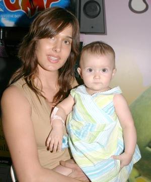 Deborah Salmón de López Portillo con su pequeña Carlota López Portillo Salmón.