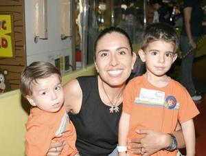 Gabriela Quezada Díaz con sus hijos Benjamín y Nicolás.