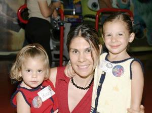 Pia Franch de Arriaga con sus pequeños Pia y Rose Arriaga Franch.