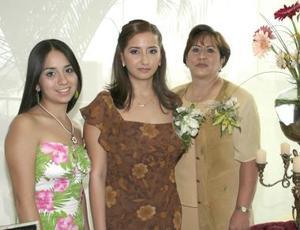 La festejada en compañía de su hermana y de su mamá, la señora Humbelyna Govea Rodríguez.
