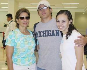 Alejandro Aguilar viajó a Londres y fue despedido por Deborah Mery y Lilia Aguilar.