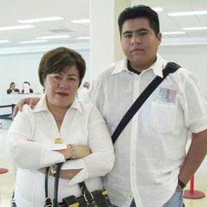 <u><b> 17 de Junio </u> </b><p> Héctor Emilio Argumedo fue despedido por Patricia de Argumedo, antes de viajar a Inglaterra.