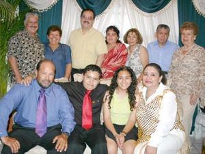 Abraham Torres Salas, acompañado de algunos invitados a su convivio de cumpleaños