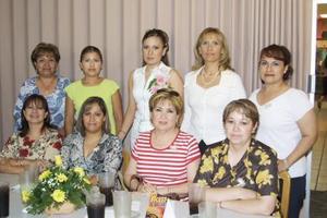Alicia Mayela Maertínez Olvera en compañía de algunas asistesntes a su primera despedida de soltera