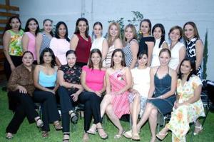 Ana Laura Echevarría Martínez acompañada de sus amigas, en la despedida de soltera que se le ofreció por su próximo matrimonio.
