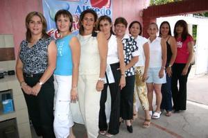 Emma Graciela Aragón, acompañada de algunas invitadas a su despedida de soltera, realizada en días pasados
