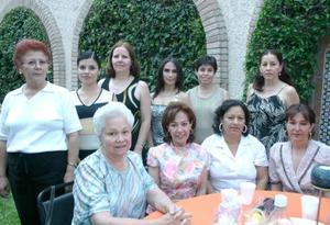 Mariana Garibay Rodríguez, acompañada de algunas asistentes a su despedida de soltera