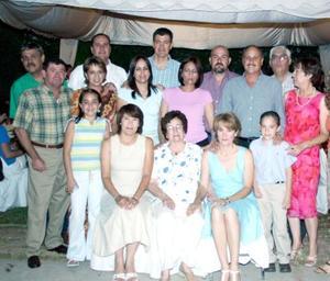 Rosario Llamas de Silva acompañada de su familia, en el convivio que le ofrecieron por sus 75 alos de vida