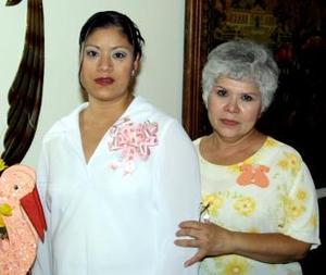 <u><b> 18 de Junio </u> </b><p> Juanis García de Ruiz en compañía de la organizadora de su fiesta de regalos, Amalia de Ruiz.