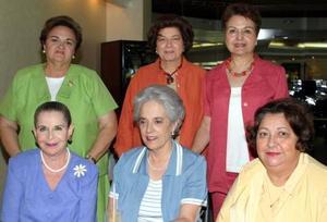 Victoria Eugenia Acosta acompañada de Gaby de Murra, Pilar Tricio, Angélica Aguado, Lety de Ávalos y Vivi de la Peña