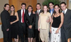 Salvador Torres Pérez y ;María Luisa Valencia deTorres acompañados de Guillermo, Ricardo , Carlos, salvador, Daniel, Pamela y Alejandro Torres, en pasdo aconteimiento social.