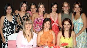 Gloria González Magaña en compañía de algunas invitadas a su despedida de soltera.