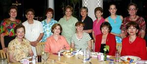 Amigas se reunieron para celebrar el aniversario de su graduación de preparatoria del Colegio La Luz, del cual egresaron en 1964