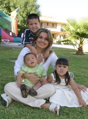 Diego Mendoza García ora, captado el día de cu cumpleaños con su mamá Berenice García Mora de Mendoza y sus hermanos Ricky y Luciana.