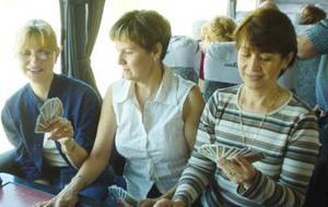 Durante el viaje, algunas de las damas sembradoras jugaron cartas.