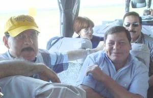 Contentos los compañeros de viaje, los señores Ramón García y Arturo Rivera.