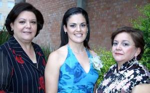 Cecilia Ortiz Saborit, acompañada de Mary Saborit de Ortiz e Isabel Fematt de Espinoza, organizadoras de su despedida de soltera.