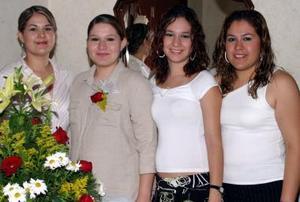 <u><b> 18 de Junio </u> </b><p>  Alejandra Castillo M. acompañada de sus amigas, en la despedida de soltera que se le ofreció.