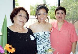 Rosario Gutiérrez Hernández acompañada de María del Rosario de Gutiérrez y Marina Pérez de Reyes.
