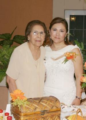 Luz Amparo Martínez Ramírez junto a la señora Leidy Peniche de Gurrola, en la despedida de soltera que le ofrecieron.