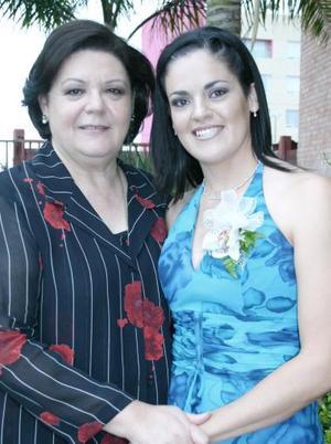 Cecilia Ortiz Saborit acompañada de su mamá, Mary Saborit de Ortiz, organizadora de su despedida de soltera.