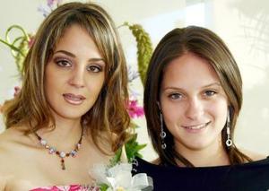 Gabriela Torres Ledesma acompañada de su hermana Adriana Torres, en su despedida de soltera.