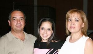 Mary Gaby Gómez Martínez acompañada de sus papás.