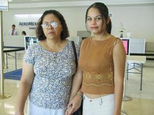 <u><b> 19 de Junio </u> </b><p> Brenda Rosas voló con destino a  Tijuana y fue despedida por Guadalupe Elías