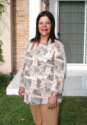 Diana De Uriarte casptada en la fiesta de regalos que le ofrecieron al bebé que espera.