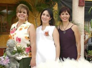 <u><b> 20 de Junio </u> </b><p>  Rocío Flores de Arellano con las anfitrionas de su fiesta de canastilla Virginia Torres de Arellano y Rocío de Flores