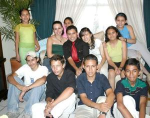 Abraham Torres Salas  acompañado de sus amigos en el convivio que le ofrecieron por su cumpleaños.