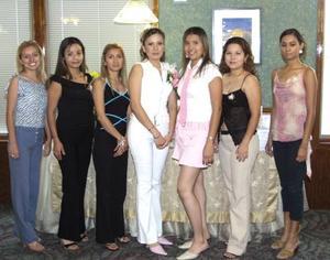 Alicia Mayela Martínez Olvera recibió numerosas felicitaciones en la despedida de soltera que le ofrecieron.