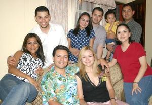 Carmen Cázares Méndez y Marco Antonio Arroyo Torres acompañados de sus amigos en la despedida de solteros que les ofrecieron.
