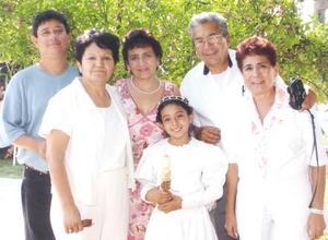 Denisse Idalia López Barbosa en pasado acontecimiento social acompañada por sus papás y sus abuelitos.