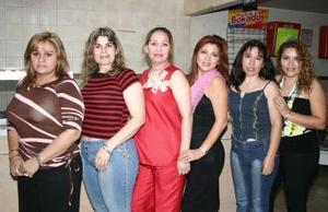 María Esther Gándara Heredia acompañada por un grupo de amistades en la fiesta de canastilla que le ofrecieron en honor al bebé que espera.