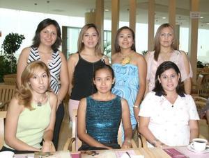 María Guadalupe López Santana, con algunas de las asistentes a su despedida de soltera.